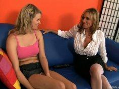 Mature milfy bitch Jodi West teaches Heather Starlet sex skills
